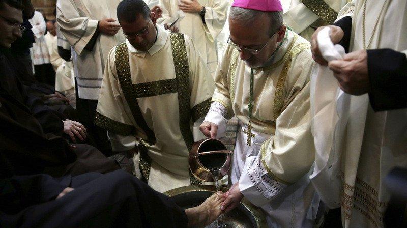 Lepapelave les pieds de détenus non catholiques