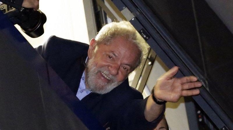 Brésil: l'ex-président Lula annonce accepter d'aller en prison