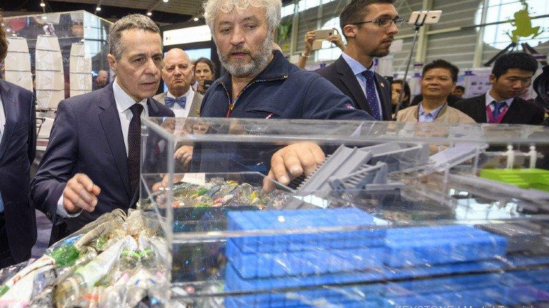 Yvan Bourgnon a présenté son bateau nettoyeur des mers au Conseiller fédéral Ignazio Cassis.