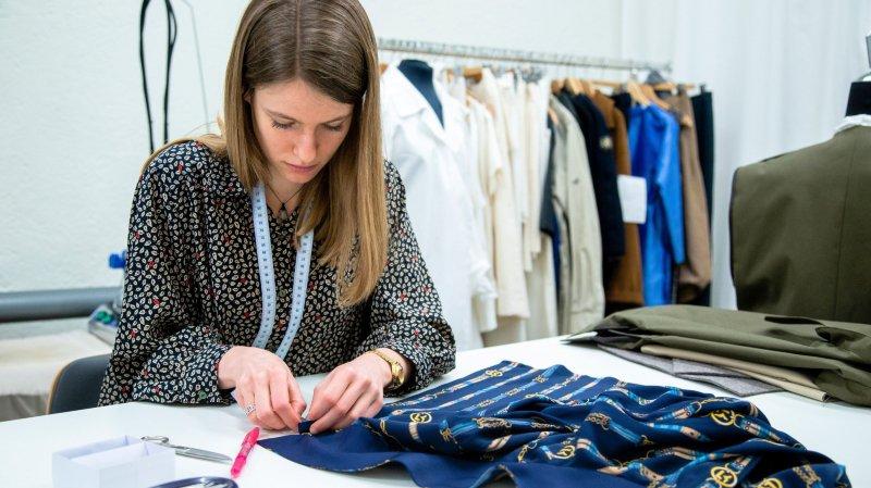 Melody Droz travaille à la confection d'une blouse sur-mesure qui se distingue du prêt-à-porter dans la façon, les détails et les finitions exigeant des heures de travail.