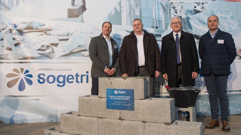 Le Conseiller d'Etat Luc Barthassat (deuxième en partant de la gauche) était présent à Satigny ce matin pour la pose de la première pierre.