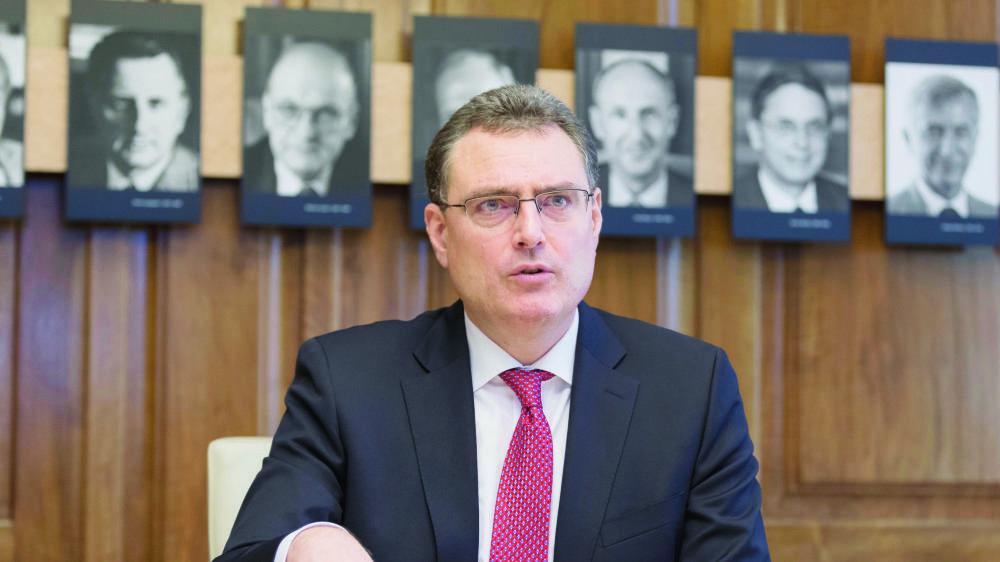 Thomas Jordan dans la salle de la direction générale de la BNS à Zurich, ornée des portraits d'anciens dirigeants de l'institution.