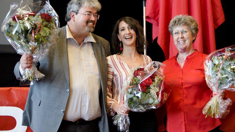 Jessica Jaccoud, au centre, nouvelle présidente du Parti socialiste vaudois, entourée par Pierre Dessemontet, vice-président, et Monique Ryf, vice-présidente, lors du congrès à Lausanne.