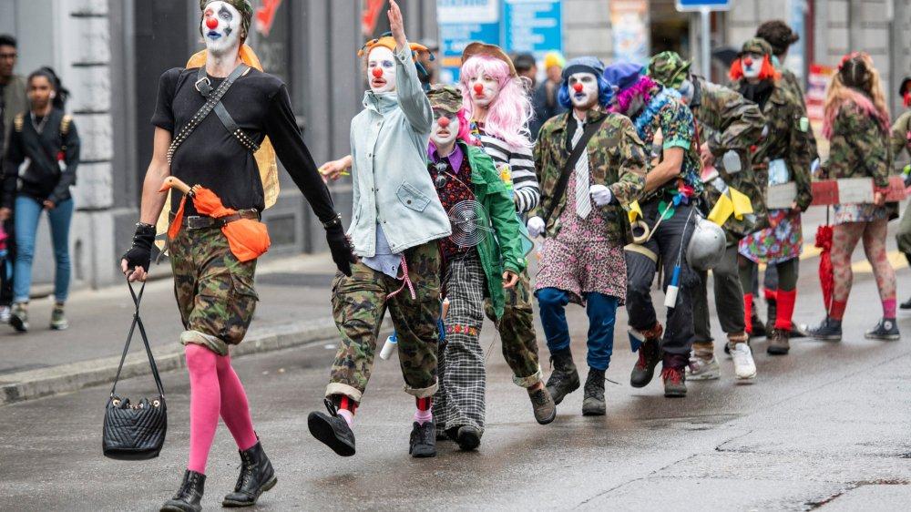 Des manifestants grimés en clowns défilaient, hier, à Zurich.