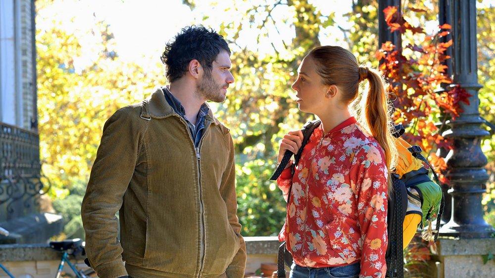 Gaspard (Félix Moati) demande à Laura (Laetitia Dosch) de se faire passer pour sa petite amie…