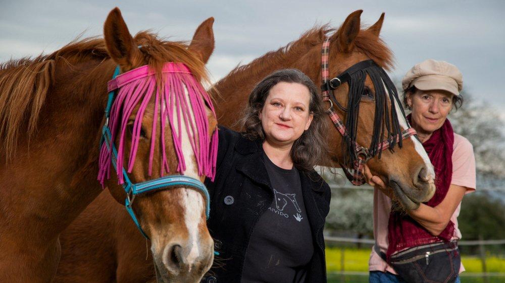 Irène Kodl (à droite) avec «Fidji», 25 ans, et la bénévole Floriane Stengel qui vient, tous les deux jours, «chouchouter» les équidés établis à Cottens. Elle est avec «Saga», 29 ans. Ces deux chevaux ont quitté le manège de La Pallanterie (GE) en 2004 et 2005 pour une retraite méritée.