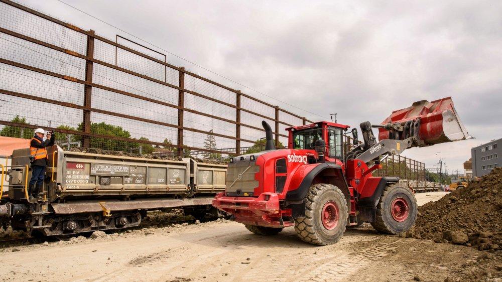 Chaque jour, la terre est chargée sur les wagons, pour être déplacée du chantier.