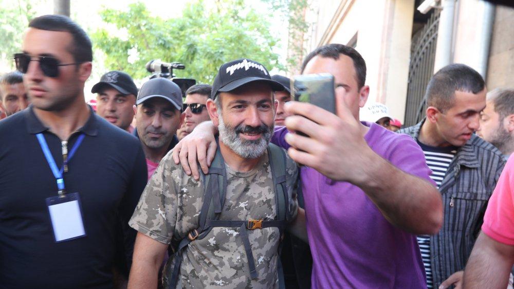 Nikol Pachinian, malgré son T-shirt aux motifs militaires, est pacifiste.