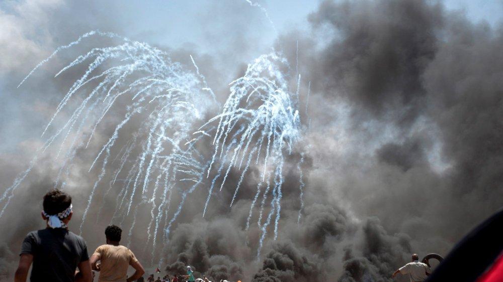 Les Palestiniens brûlent  des pneus afin de masquer leur avancée. Si les drones ne ripostent pas au gaz lacrymogène, c'est l'armée israélienne qui tire des coups defusil.