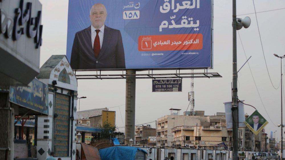 Une affiche de campagne du premier ministre irakien Haider al-Abadi, dans une rue de Bagdad.