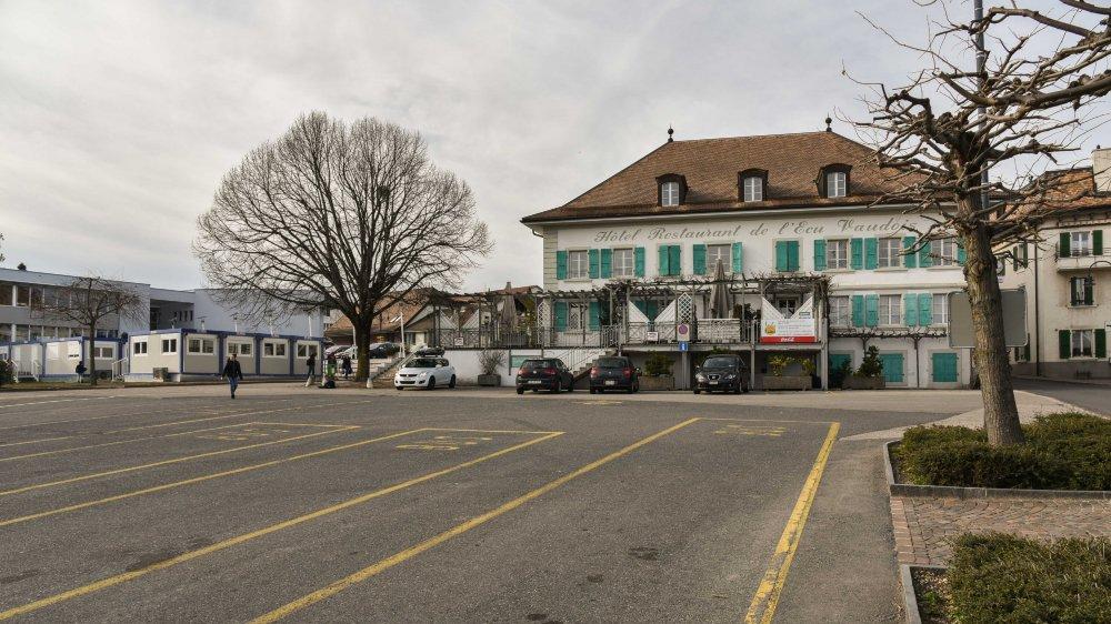 A Begnins, la place de l'Ecu est le lieu de va-et-vient des bus.