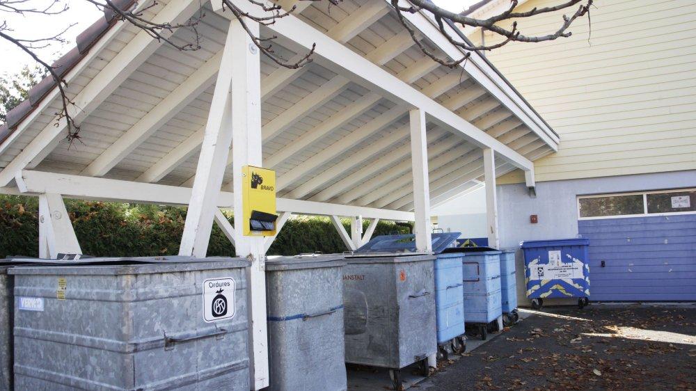 La commune s'est dotée d'un nouveau règlement sur la gestion des déchets et a approuvé la mise en place d'un nouveau système de collecte. L'image ci-dessus ne sera bientôt qu'un lointain souvenir.