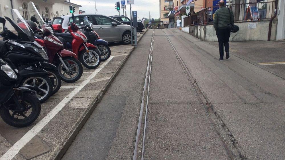 Les anciens rails devant la gare n'ont plus d'utilité.
