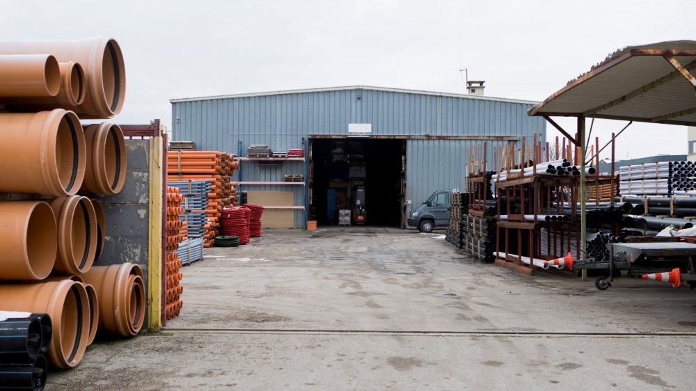 La société Plastitech occupe les lieux et sous-loue la moitié de ses locaux à deux entreprises locales.