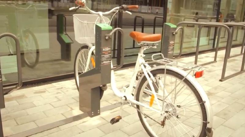 Grâce à une app reliée au e-parking, le cycliste peut trouver facilement sa place de parc, voire la réserver.