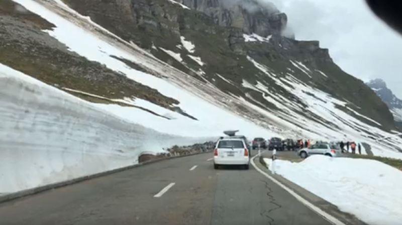 Uri: une avalanche emporte deux voitures sur la route du col du Klausen