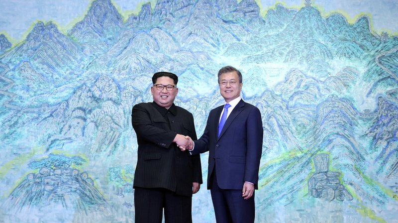 Sommet intercoréen: poignée de main historique entre Kim Jong-un et Moon Jae-in