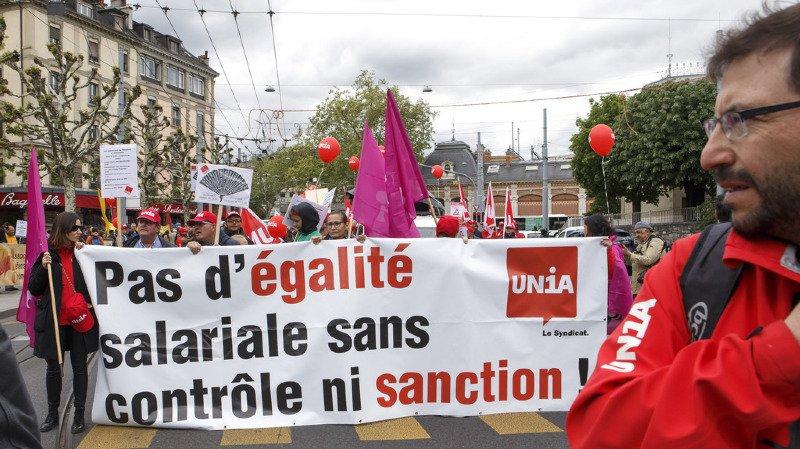 1er mai: des milliers de Suisses manifestent pour l'égalité salariale