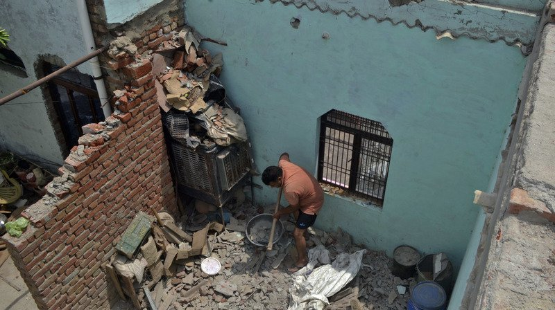 Des orages ont abattu des murs, des arbres et des pylônes électriques.