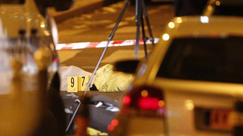 Une personne a été tuée et quatre blessées, dont deux grièvement, samedi soir en plein coeur de Paris.