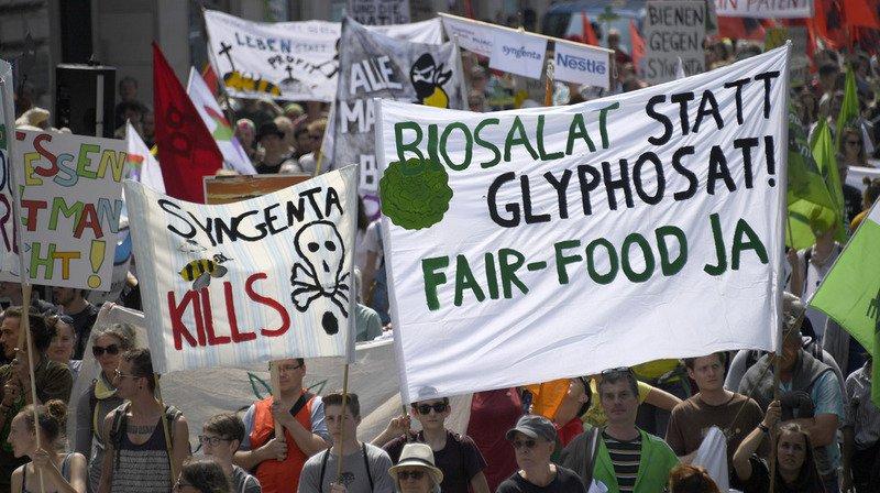 Bâle: plus de 2000 personnes ont manifesté contre les entreprises Monsanto et Syngenta