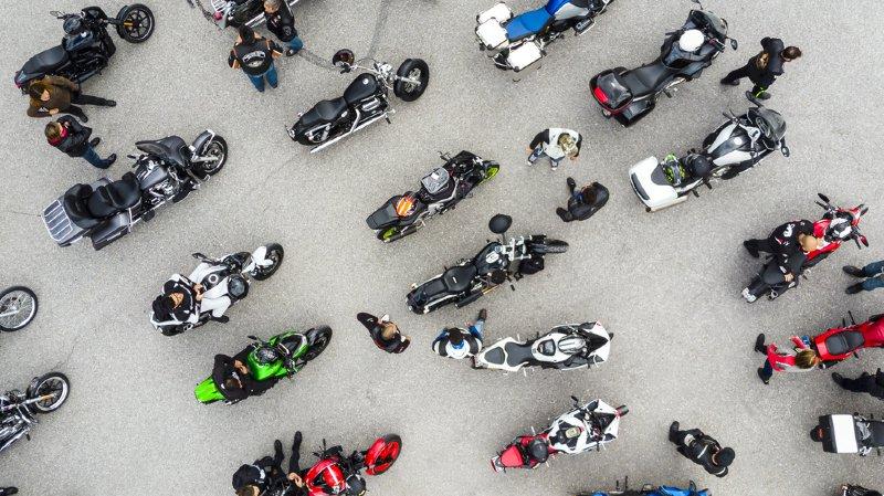 Des motards, au volant de quelque 150 bécanes, sont venus de toute la Suisse romande pour assister à la cérémonie qui a duré une trentaine de minutes.