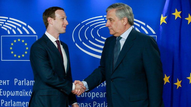 Le sourire de Mark Zuckerberg contraste avec le regard sombre du président du Parlement européen Antonio Tajani.