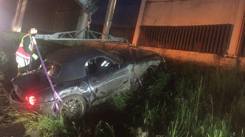 Le véhicule en cause a grimpé un talus avant de percuter frontalement un mur anti-bruit.