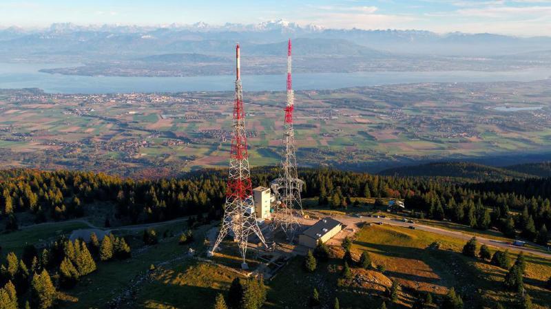 En raison d'une météo incertaine, la destruction de l'ancienne antenne (à gauche) n'aura lieu qu'en fin de journée jeudi.