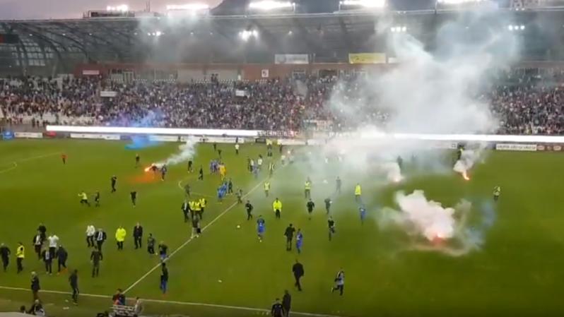 Football: des supporters de Grenoble envahissent le terrain et s'en prennent aux joueurs adverses