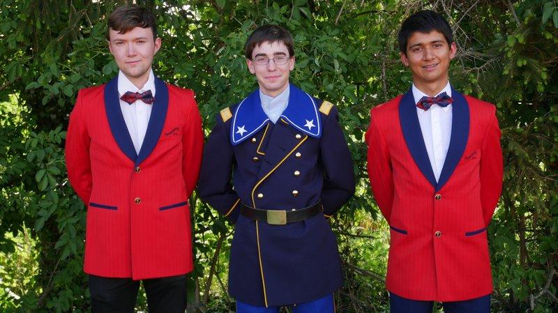 De gauche à droite: David Campbell, Samuel Dorsaz, et Adrian Perera font partie de la fanfare de l'école de recrue. David Campbell et Adrian Perera posent ici dans l'uniforme rouge de la Fanfare de Nyon.