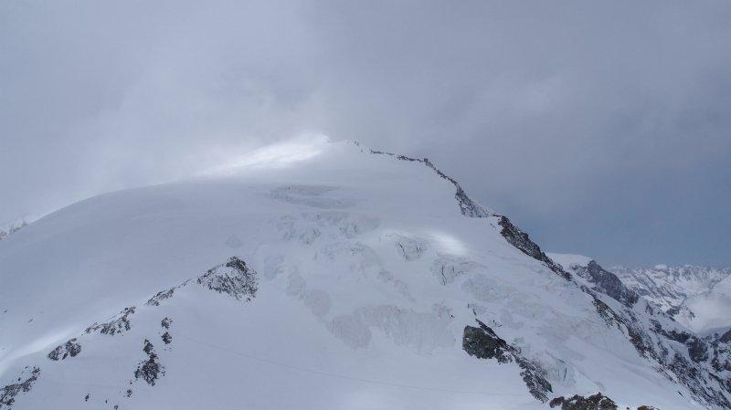 Sept des dix membres du groupe d'alpinistes partis de Chamonix pour relier Zermatt sont morts après avoir été stoppés par une tempête.