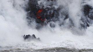 Etats-Unis: la lave du Kilauea atteint l'Océan Pacifique et crée des fumées acides à Hawaï