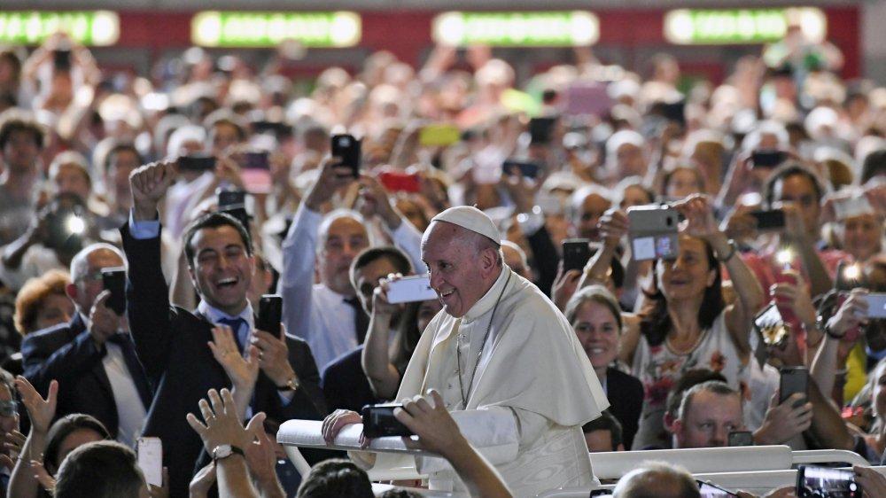 Le pape François fait son entrée à Palexpo.