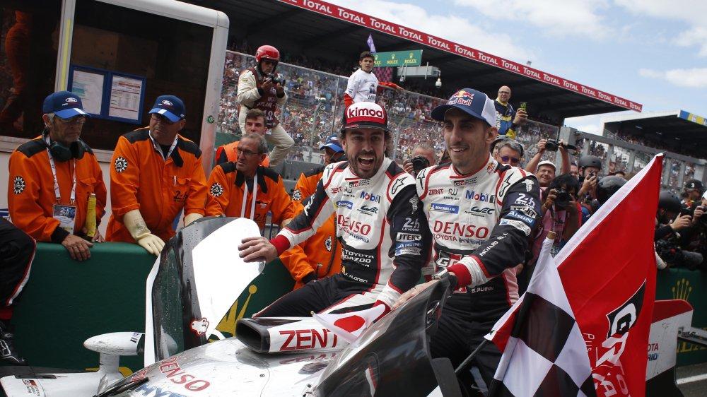 Le Vaudois Buemi (dr.) est devenu dimanche le 3e pilote suisse à remporter la plus célèbre course d'endurance du monde.