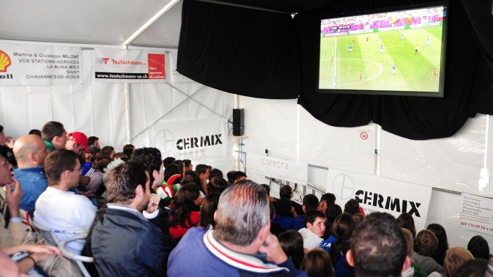 Les fêtes au village qui se dotent d'un écran supérieur à 3 mètres de diagonale devraient s'annoncer à Suisa et acquérir une licence de diffusion.