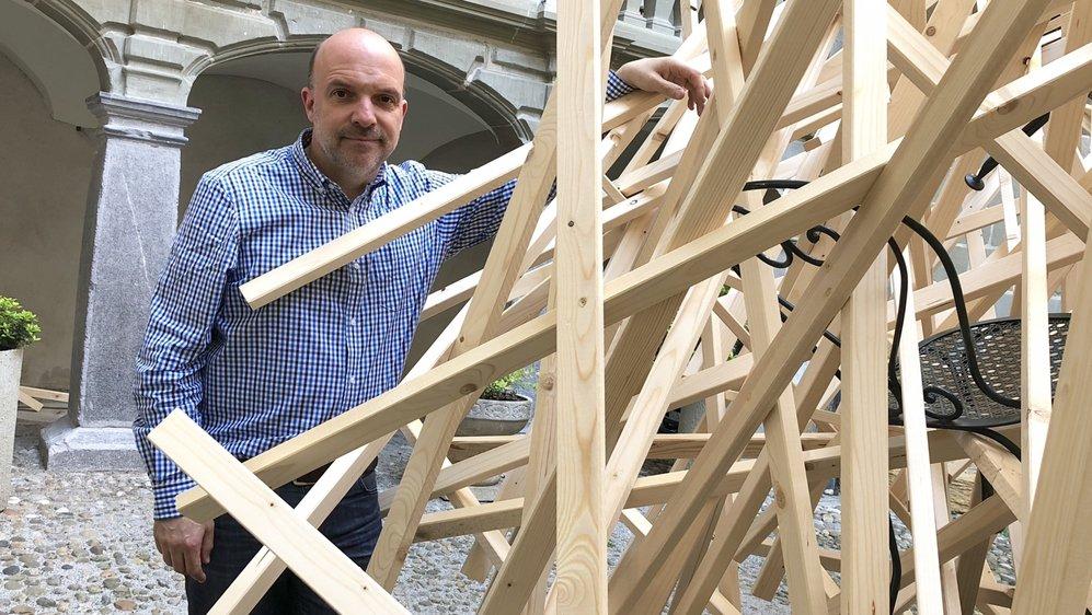 Yvan Schwab, directeur du Musée Forel, à côté de la sculpture réalisée par Anouchka Perez.