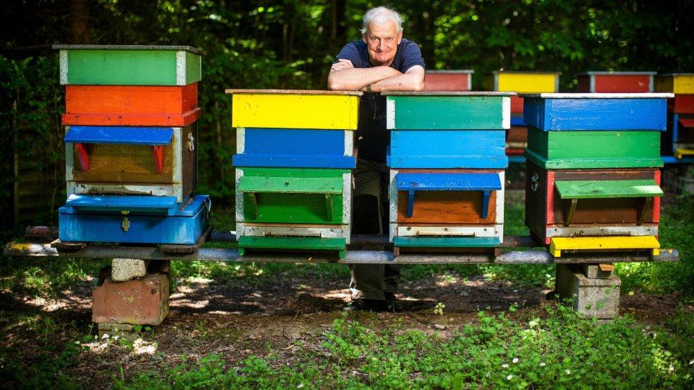 Jean-Daniel Bertholet est président de la société d'apiculture de Bière et environs depuis 2005, piqué d'apiculture depuis 1983. Il a une quarantaine de ruches.