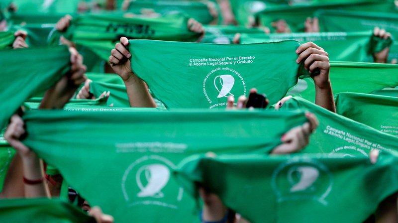 Argentine: des milliers de femmes défilent avec un foulard vert pour légaliser l'avortement