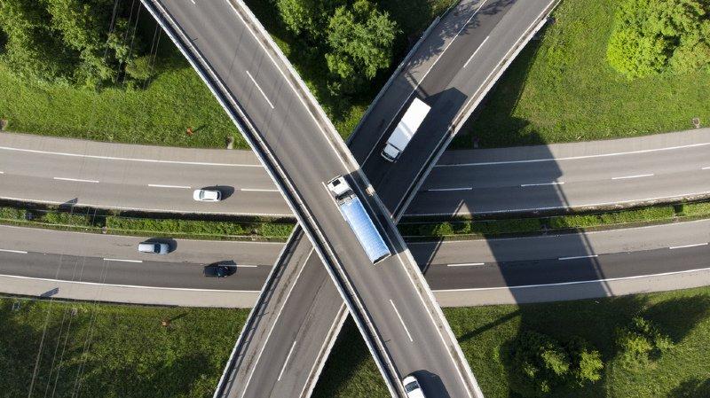 Autoroutes: il devrait bientôt être possible de devancer une file de voitures par la droite