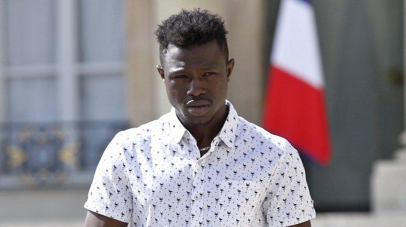 Mamoudou Gassama, le jeune Malien sans-papiers devenu célèbre en sauvant la vie d'un enfant à Paris, a reçu mardi le récépissé régularisant sa situation.