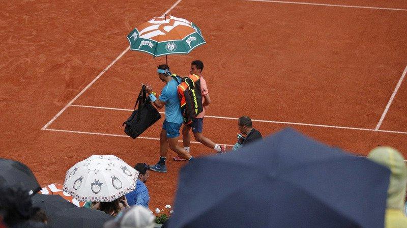 Les matches, dont celui du décuple vainqueur du tournoi Rafael Nadal sur le Central, ont été interrompus en raison de la pluie en début de soirée et reportés à mardi.
