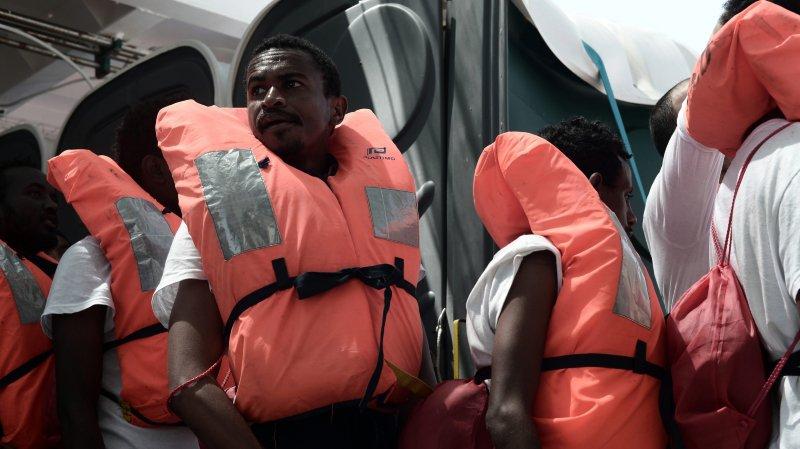 Pendant ce temps, les migrants se trouvant à bord de l'«Aquarius» attendent de pouvoir accoster, probablement en Espagne.