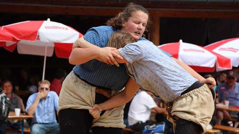 Mont-sur-Rolle: la lutte suisse féminine cherche à se faire une place aux côtés des hommes