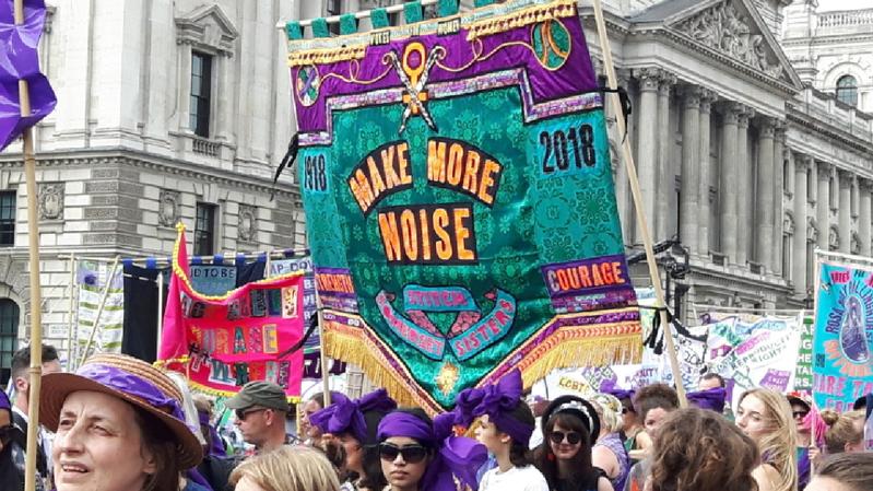 Grande-Bretagne: des milliers de femmes défilent pour les 100 ans de leur droit de vote