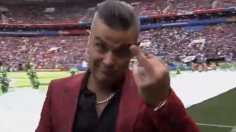 Le chanteur de 44 ans a surpris son monde en adressant un doigt d'honneur vers une caméra, en gros plan.