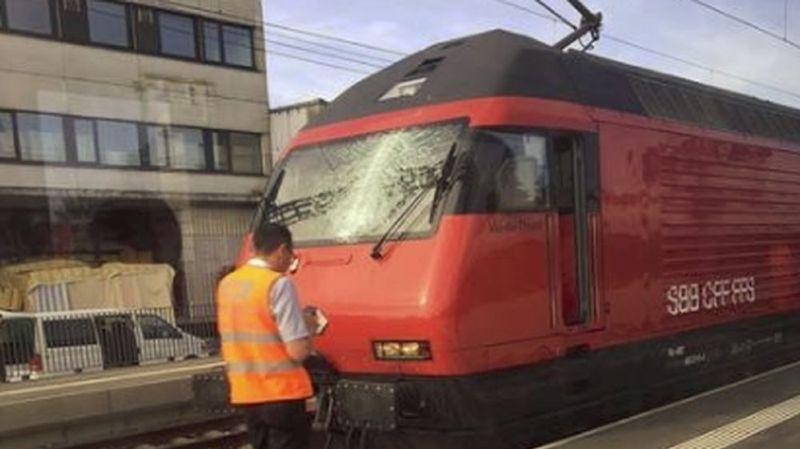 Malgré le pare-brise endommagé, le mécanicien est parvenu à mener son train jusqu'à la prochaine gare.
