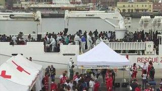 932 migrants dont des femmes enceintes et des bébés arrivent en Sicile