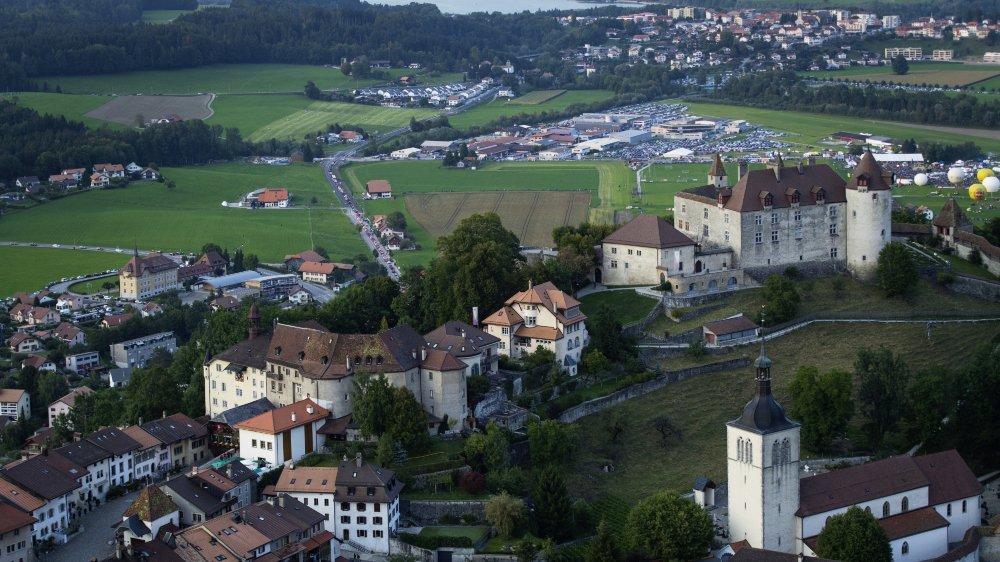 Les sites d'importance nationale (tel Gruyères, dans le canton de Fribourg) bénéficient d'une protection particulière. Seuls des intérêts nationaux équivalents ou supérieurs peuvent justifier une intervention sur ces sites.