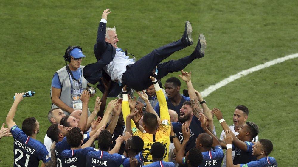 Didier Deschamps, vingt ans après l'avoir gagné en tant que joueur, peut à nouveau célébrer un titre mondial.